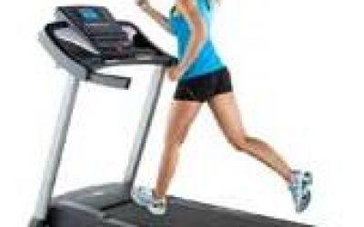 Занятия на беговой дорожке в фитнес центре- тренажёр