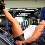 культурист выполняет упражнения на ноги