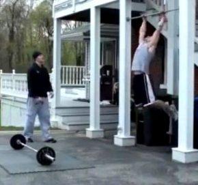 спортсмен бодибилдер- заниматься спортом в домашних условиях