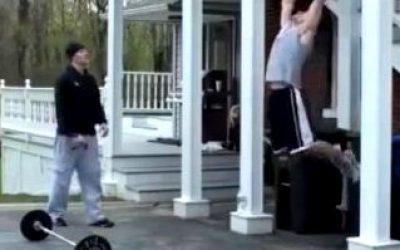 спортсмен бодибилдер- Тренировка мышц в домашних условиях