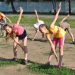утренняя зарядка в школьном лагере